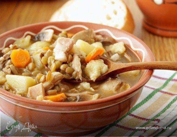 Густой суп с чечевицей, грибами и клецками