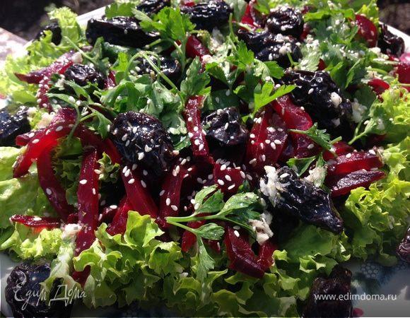 Салат с печеной свеклой и черносливом