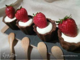 Шоколадные тарталетки с панна коттой и клубникой