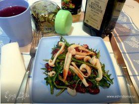 Теплый салат с руколой, фасолью и кальмарами