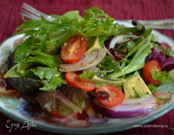 Салат с молодыми листьями и авокадо