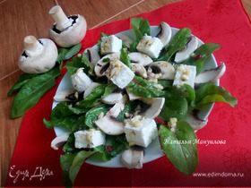 Легкий салат со свекольными листьями и сырыми шампиньонами