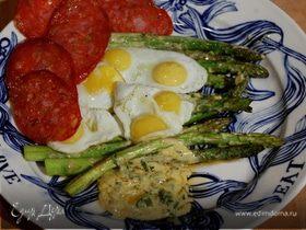 Спаржа на гриле с колбасой и перепелиными яйцами