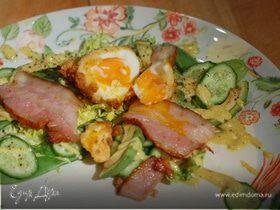 Яйцо по-шотландски с салатом и грудинкой
