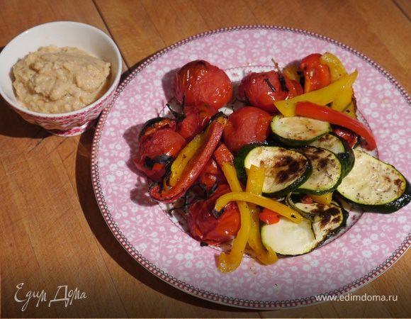 Запеченные овощи и хумус с вялеными помидорами