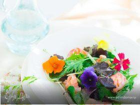 Овощной салат с цветами и лаймовым лососем