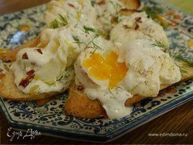 Яйца пашот под соусом из йогурта с паприкой