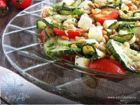 теплый салат с цукини, черри и кедровыми орешками