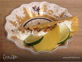 Кусочки курицы в индийской лепешке с манго и лаймовой заправкой