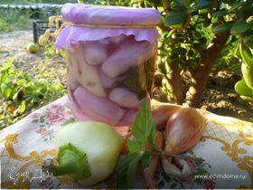 Маринованный лук с перцем и базиликом