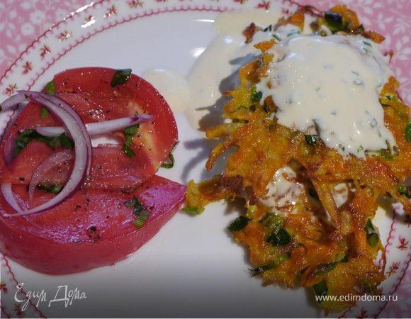 Хрустящие драники с помидорами и маринованным луком