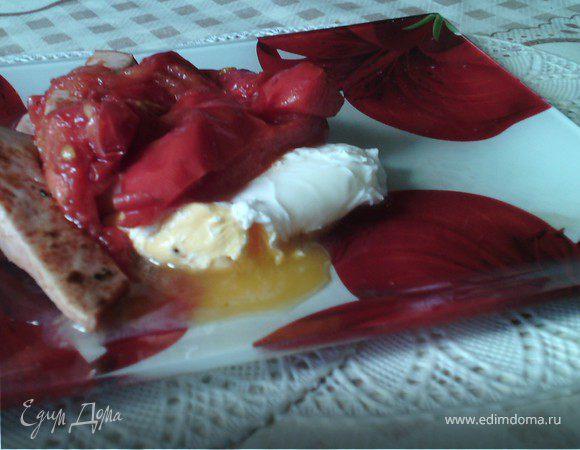 Яйцо пашот с жареной колбасой и помидорами