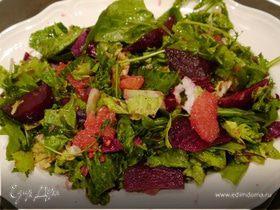 Свежий салат с грейпфрутом, свеклой и руколой