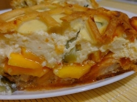 Мясной пирог с тыквой, маринованным огурцом и заливкой из рикотты