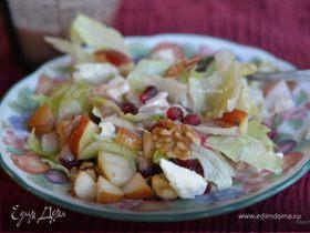 Салат с грушей и гранатом, пеканом и фетой