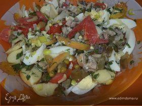 Салат с копченой скумбрией, яйцами, луком и зеленым горошком
