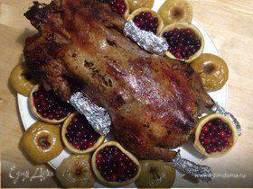 Новогодний фаршированный гусь в духовке, запеченный с яблоками