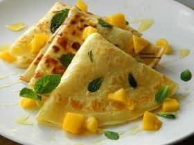 Медовые блины с манго и мятой
