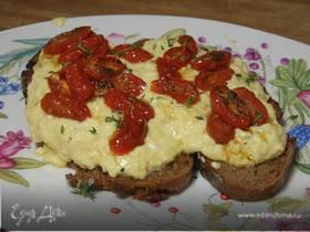 Яйца на ржаном хлебе с медовыми помидорами