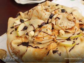 Блинный торт с шоколадным муссом, орехами и грушей