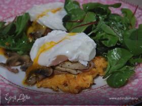 Яйца с грибами на тыквенных драниках