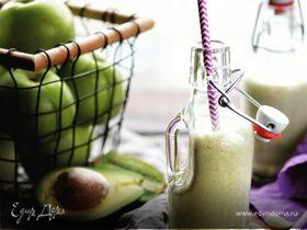 Питательный смузи из яблок, банана, авокадо и орехового молока