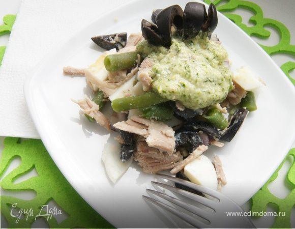 Салат с мясом, оливками и соусом песто из черемши