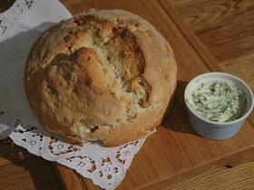 Домашний хлеб с курагой, орехами и зеленым маслом