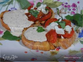 Тосты с фетой, помидорами и йогуртовым кремом