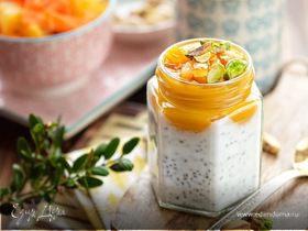 Чиа-пудинг с манговым пюре, апельсиновыми цукатами и фисташками