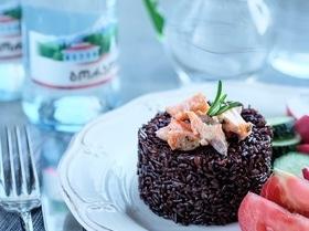 Черный рис, приготовленный в казане
