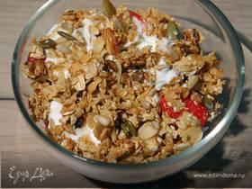 Гранола из семечек с клубникой и йогуртом
