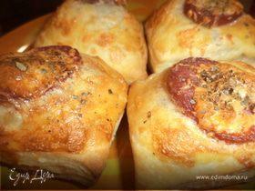 Слойки с сыровяленой колбаской и сыром