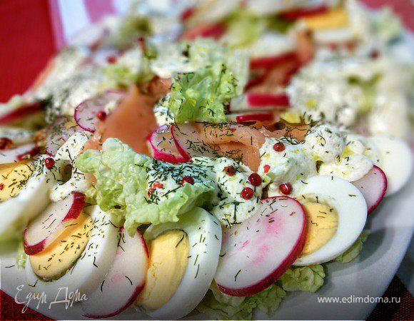Салат с редисом и слабосоленым лососем