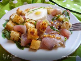 Салат из копченого сома с яйцом пашот и крутонами