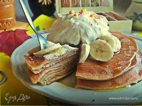 Панкейки кефирные с медом, бананом и сливками