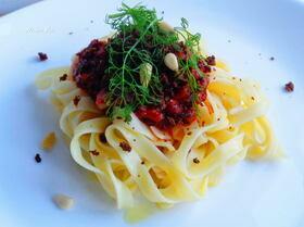 Тальятелле в томатном соусе с анчоусами и изюмом