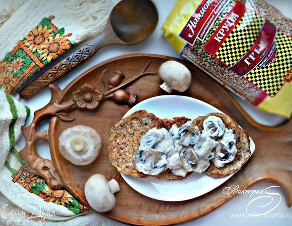 Гречневые оладьи с грибным соусом