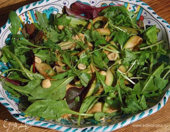 Салат с цукини, фенхелем и стручковым горошком