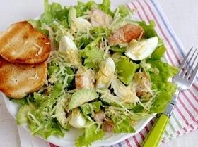 Салат «Цезарь» с авокадо