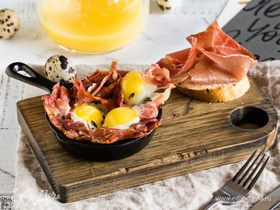 Быстрый завтрак из перепелиных яиц с хамоном