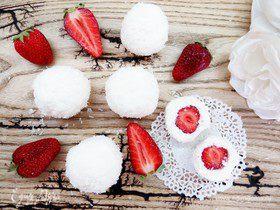Кокосовые творожные снежки с клубникой
