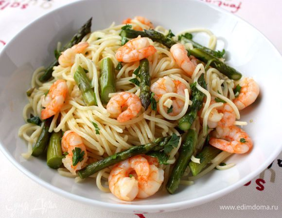Спагетти с креветками и спаржей