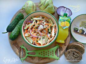 Овощной салат с кольраби и куриной грудкой