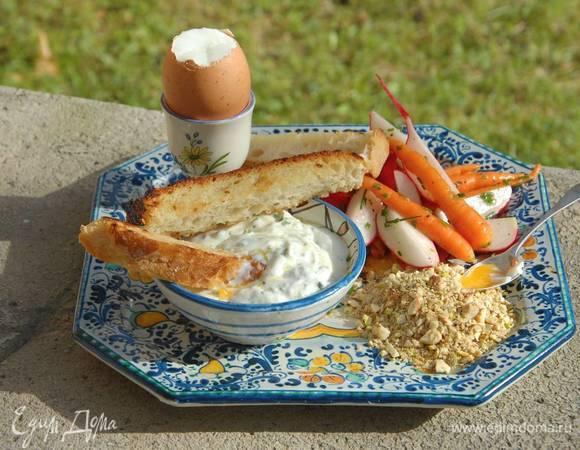 Яйца с летним салатом и сметанной заправкой