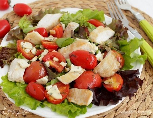 Салат с помидорами, курицей-гриль и голубым сыром