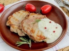 Свинина с соусом из голубого сыра