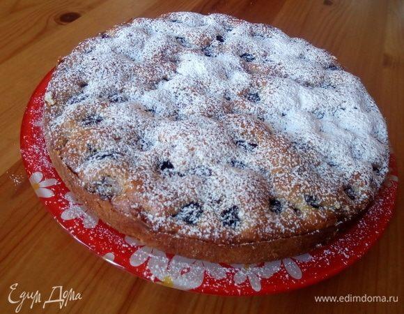 Простой пирог с черешней и шоколадом