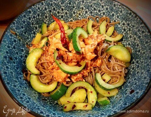 Азиатский салат из собы и курицы