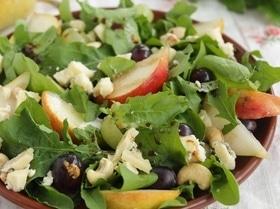 Салат с руколой, грушей и сыром